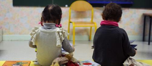 Due piccoli alunni all'interno della propria scuola