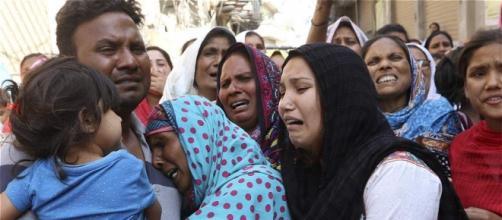Paquistaníes lamentan las muertes en el atentado del domingo