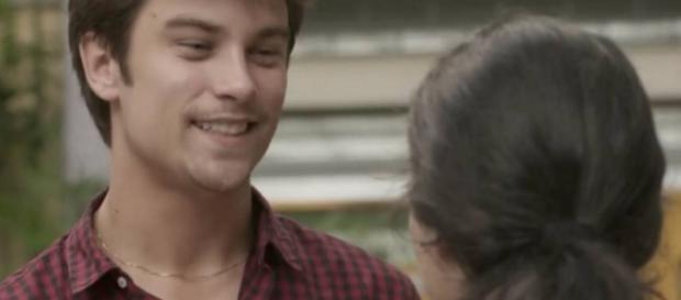 Charles beija Débora e a pede em namoro