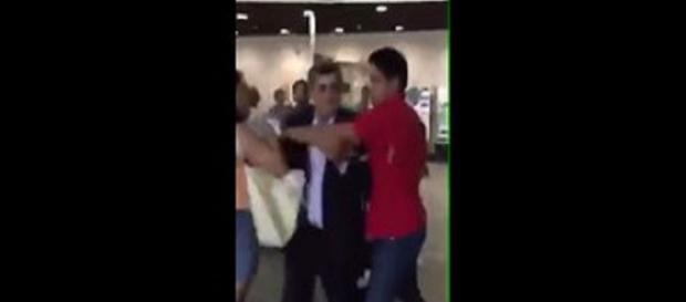 Deputado é hostilizado e leva chuva de dinheiro de manifestantes