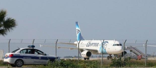 Membri dell'equipaggio e 5 stranieri in ostaggio sul volo MS181 Egypt Air