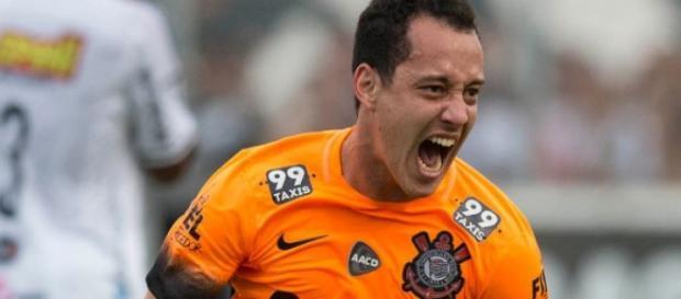 O meia Rodriguinho teve o contrato renovado até o final de 2017