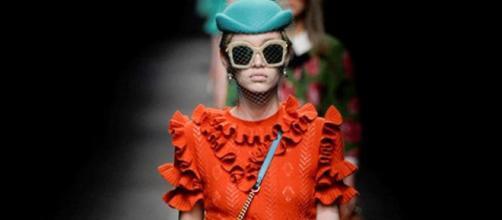 Uno de los modelos de Gucci sobre la pasarela