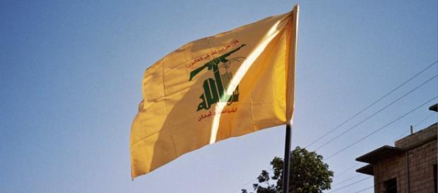 La bandiera di Hezbollah nel cielo di Beirut