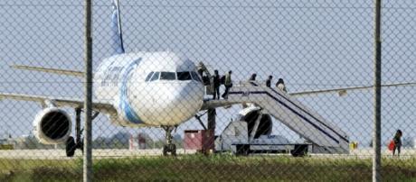 Alguns passageiros saíram do avião a pedido do sequestrador.