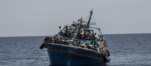 Barco en el Mediterráneo lleno de inmigrantes. MSF