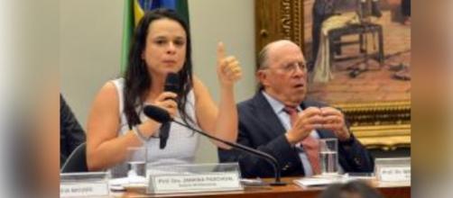 Janaína explica que impeachment não é golpe