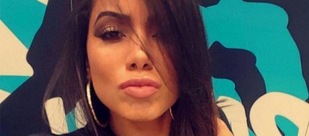 Anitta, a poderosa: cantora causa polêmica com plásticas