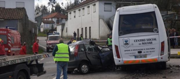 Carro chocou com mini-bus na EN204