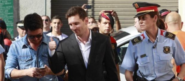 Messi declarando en la policia tras acusaciones.
