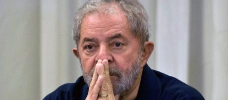 Lula é levado pela Polícia Federal