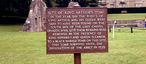 La tumba del Rey Arturo en la abadía de Glastonbury, Inglaterra.