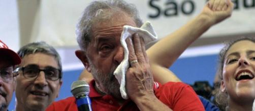 Lula da Silva llora en conferencia de prensa