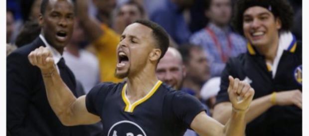 Curry celebrando el triple que le dio la victoria