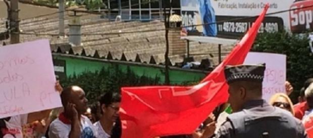 Gruро рró-Lulа protesta еm frеntе dа casa de Lula.