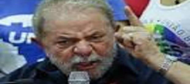 Lula faz pronunciamento após depor na PF