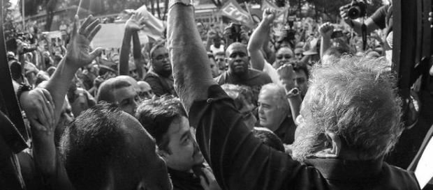 Lula é saudado (Foto: Reprodução/Instituto Lula)