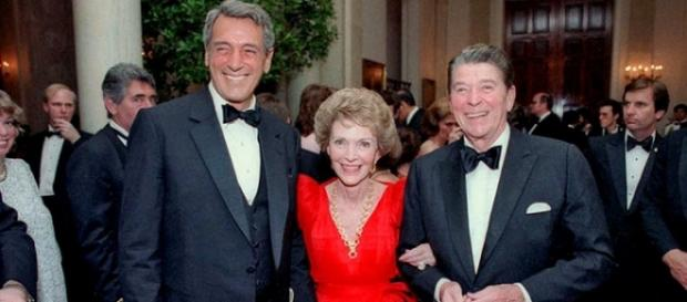 Rock Hudson con Nancy y Ronald Reagan en 1984.