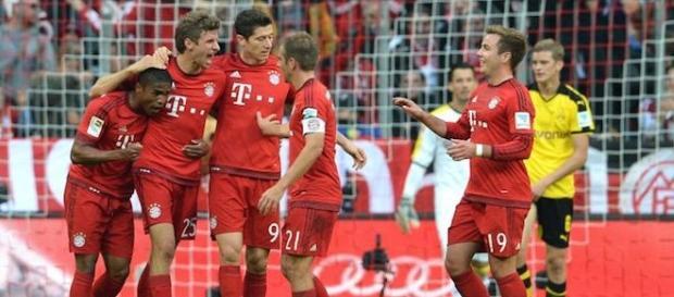 Jugadores del Bayern celebran ante el Dortmund