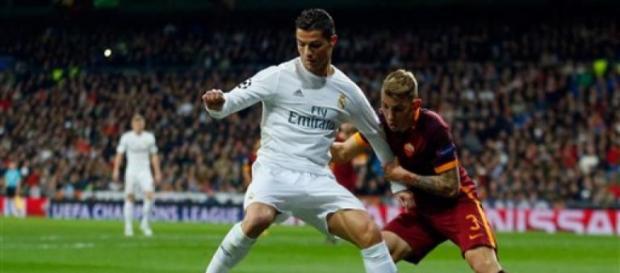 Cristiano Ronaldo cubre el esférico.