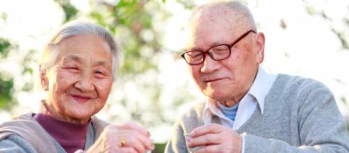 Ancianos japoneses posando para foto