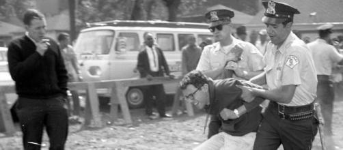Bernie Sanders a ser preso pela polícia em Chicago