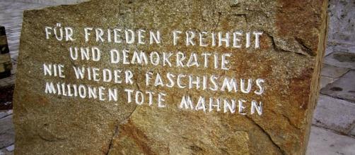 Detalle del monolito de granito, triste recordatorio importado de Mauthausen