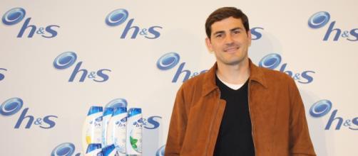 Iker Casillas posando para la marca de champú de la que es embajador.