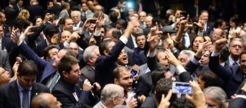 Muvuca na Comissão de Impeachment - eles convulsionam contra Dilma