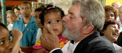 O moda de políticos beijarem bebês começou por volta do ano de 1883. (Foto: O Globo)