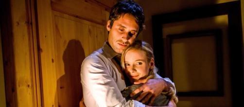 Sebastian mentre abbraccia Luisa.