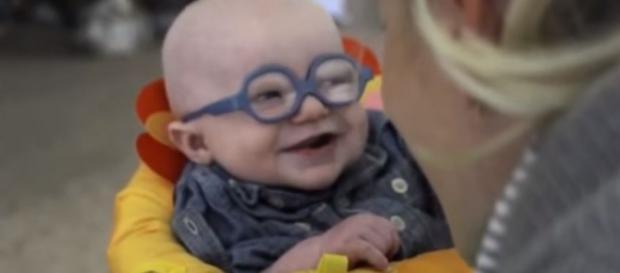 Criança ficou feliz por poder ver a mãe nitidamente pela primeira vez
