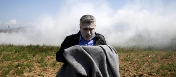 Un refugiado aturdido por los gases lanzados por la policía