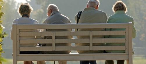 Anziani in relax in una città italiana.