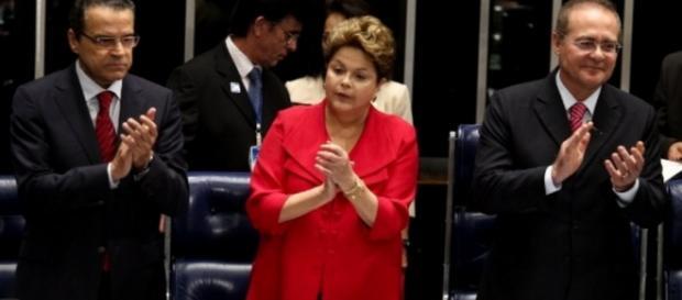Dilma Rousseff ao lado de senadores - Imagem da internet