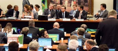 Deputados na Comissão do Impeachment