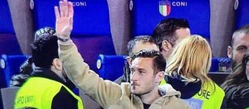 Francesco Totti mentre saluta la curva sud durante la partita Roma-Palermo
