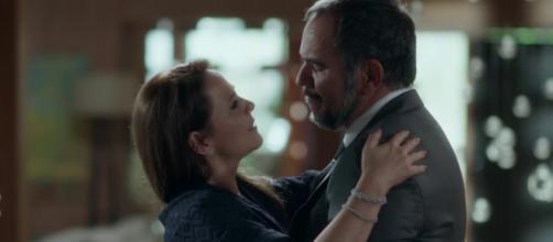 Lili e Germano se beijam durante jantar na mansão