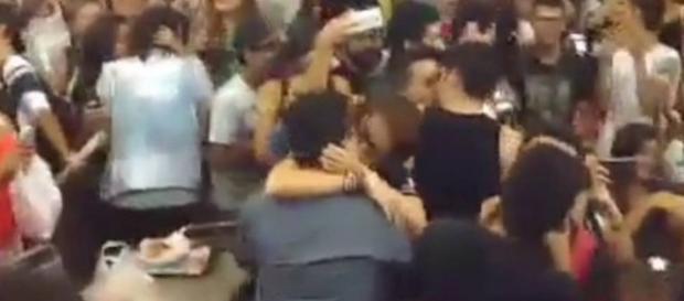 Contra o preconceito, shopping em Fortaleza teve beijaço LGBT