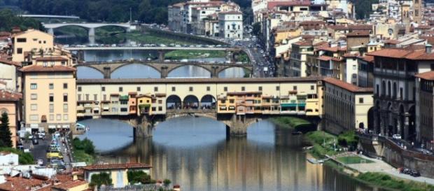 El Puente Vecchio sobre el río Arno a su paso por Florencia