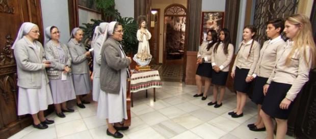Monjas dan la bienvenida a las aspirantes