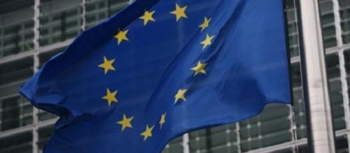 Bandera de la Unión Europea honreando al viento