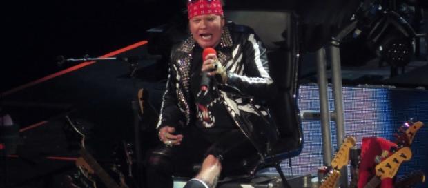 Axl Rose: pé fraturado não impediu início da turnê