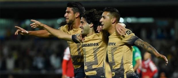 Britos festeja con Herrera y Sosa el segundo gol de Pumas