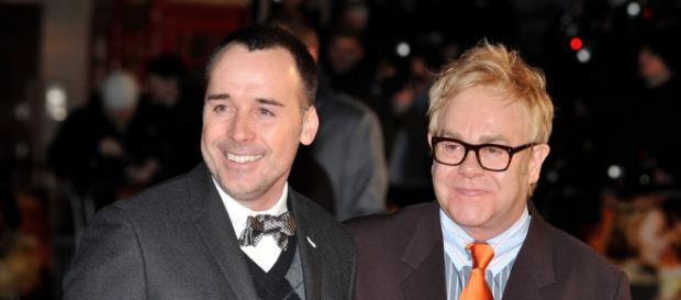 David Furnish(à esquerda) e Elton John(à direita)