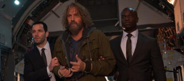 Jerico (Kevin Costner) é escoltado pela CIA / Jack English