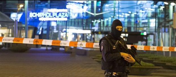 Los efectivos de la policía han acudido al aeropuerto con mucha rapidez / Twitter.