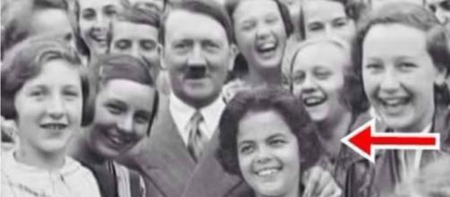 Dilma é alvo de fotomontagem com Hitler.