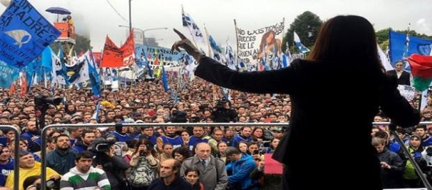 Cristina Fernandez de Kirchener a la salida de Comodor Py.