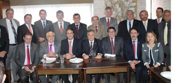 Deputados contrariam Cid Gomes e fecham maioria contra Dilma